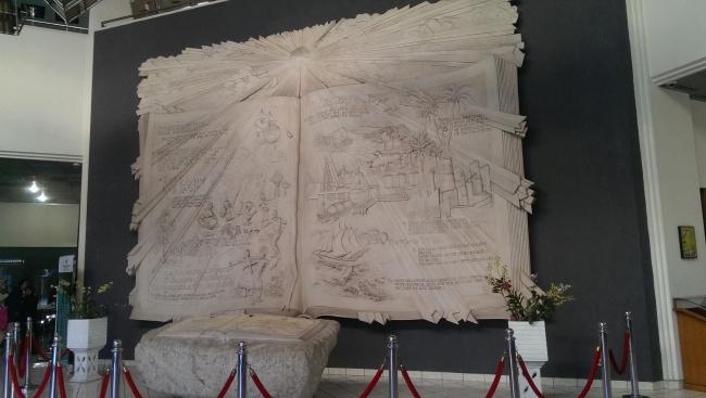 Monumen Buku yang Terdapat di Lobby Perpustakaan Nasional